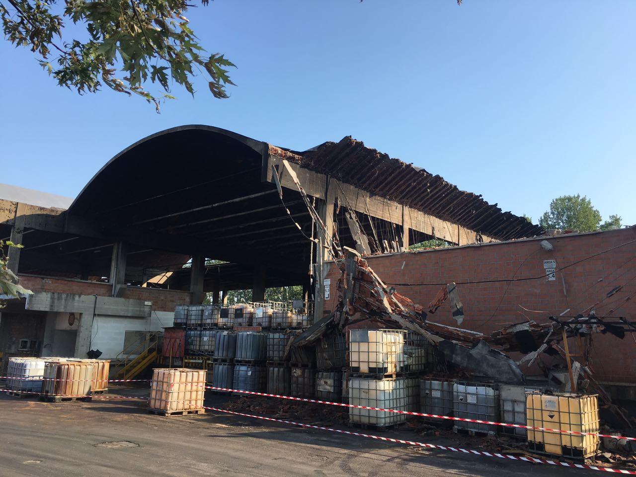 Collasso strutturale di un capannone industriale a causa di incendio
